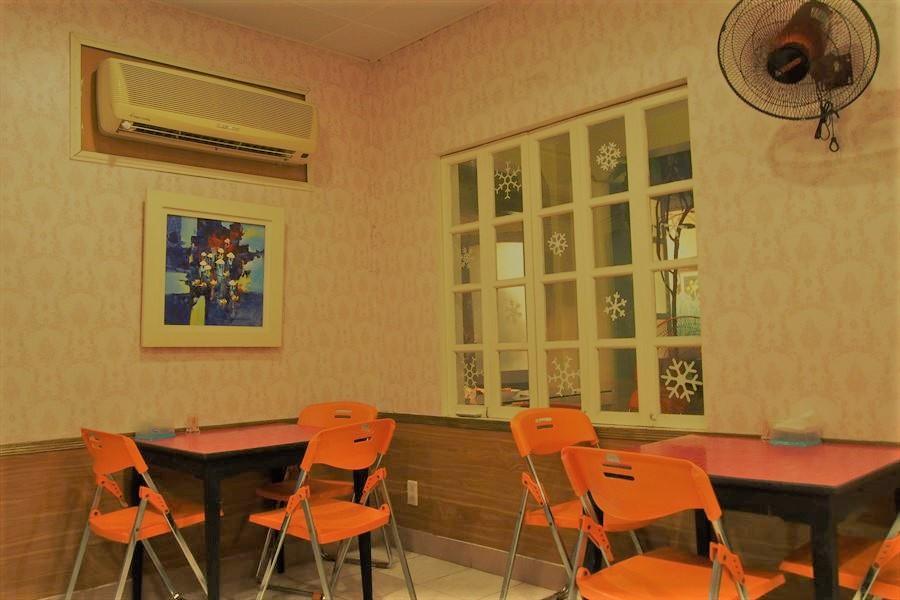 コムタイカムクンディン、ダナンのローカルレストラン店内